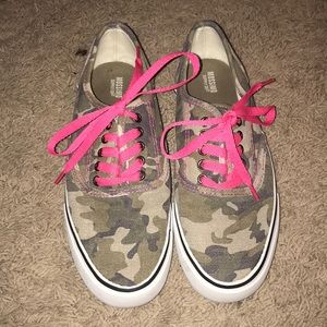 ⭐️ Mossimo Camo sneakers with coral laces